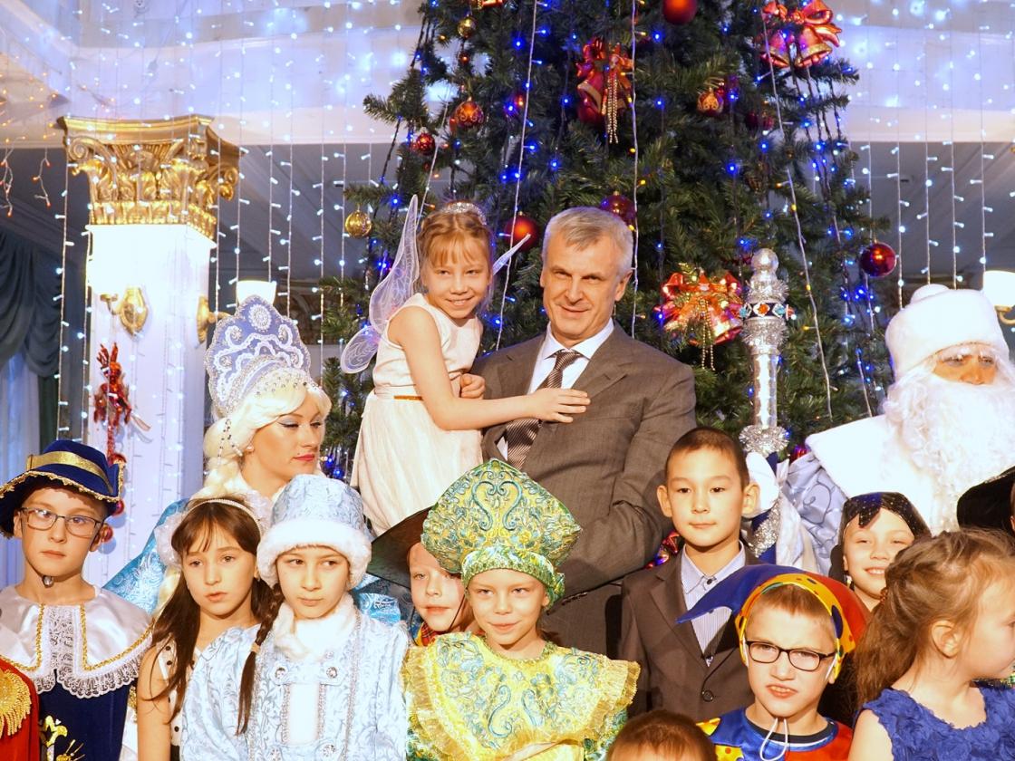 Губернаторскую елку вэтом году посетили 510 колымских ребят