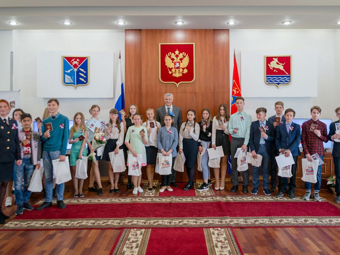 ВДень России Сергей Носов вручил паспорта юным колымчанам
