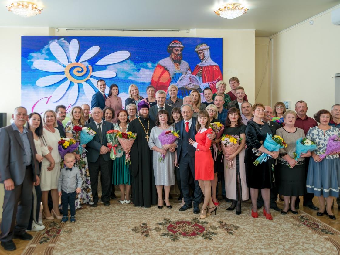 Сергей Носов вручил колымским семьям медали «За любовь и верность»