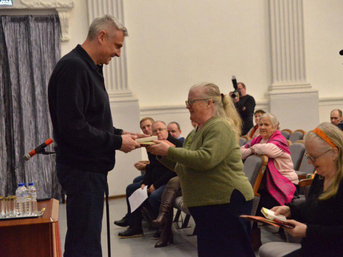 Сергей Носов вручил награды двум жительницам блокадного Ленинграда впоселке Ягодное