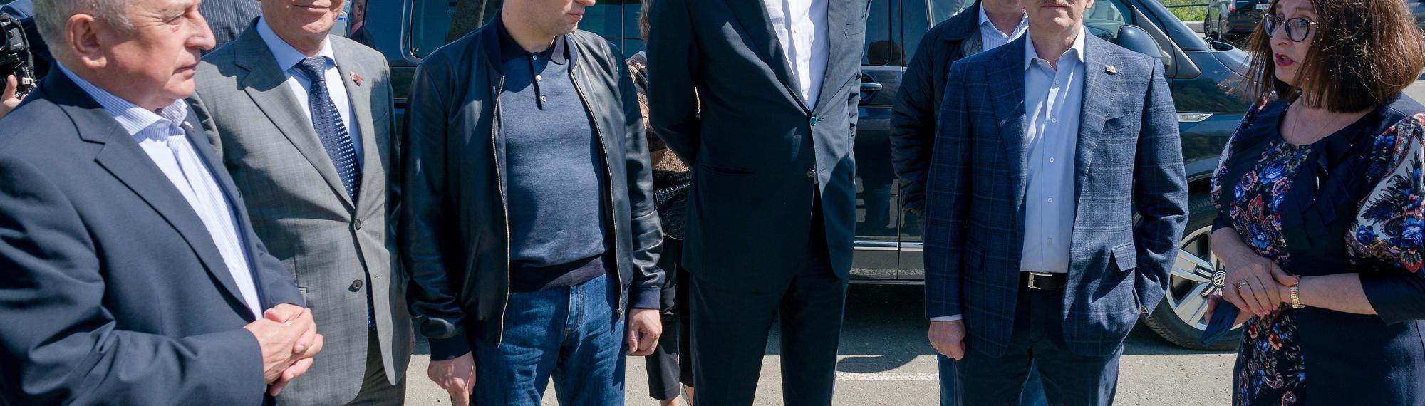 Вмце-премьер РФАлексей Гордеев иминистрРФ поразвитию Дальнего Востока иАрктики Александр Козлов прибыли вМагаданскую область